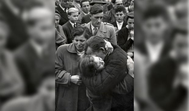 Een Duitse krijgsgevangene ontmoet in 1955 bij terugkeer uit Rusland zijn dochter van 12 jaar in het grenskamp Friedland. Hij zag haar voor het laatst toen zij 1 jaar was. Helmuth Pirath/Keystone Pressedienst © BDU media