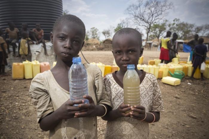twee kinderen met waterflessen
