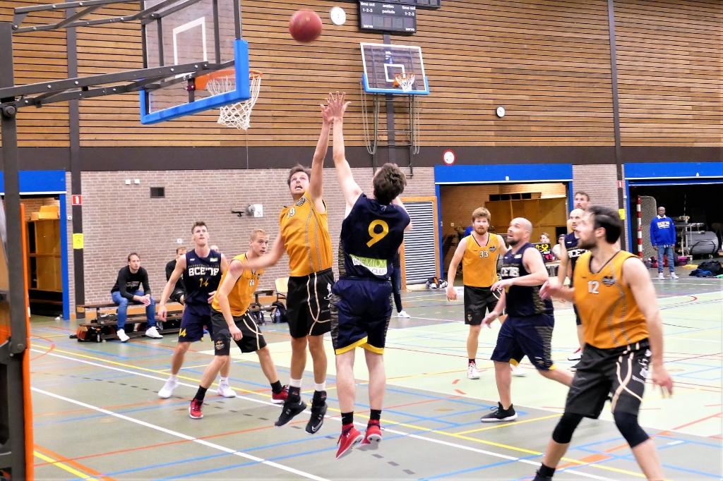 <p>Richard Boter met een mooie actie (nummer 9)</p> Jeroen van den Beemt © BDU Media