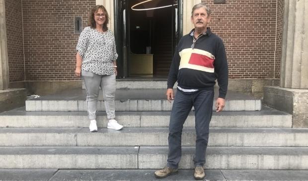 <p>Carla Meeuwisse en Cees Berkvens op het bordes van het Oude Stadhuis, de startlocatie van de Openlucht Monumentendag. (foto Marco Jansen)</p>