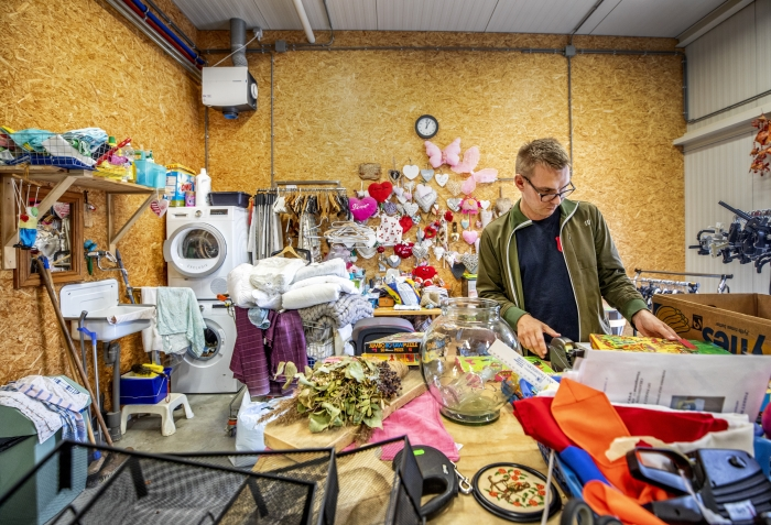 André van de Velde (29) doet dagbesteding bij Loods 3, de Kringloopwinkel van het Leger des Heils in Sint Maartensdijk.