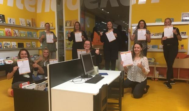 <p><strong>De medewerkers Happy Kids</strong> met hun behaalde c<strong>ertificaat &lsquo;Interactief voorlezen&rsquo;.</strong> </p>