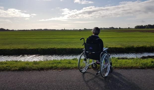 <p>Vera kijkt uit over de weilanden van Schalkwijk</p>
