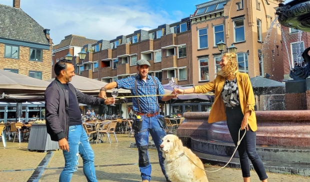 <p>Kamal Basu, Mees van Wijngaarden en Alicia van den Berg zijn druk bezig met de voorbereidingen van een culinaire pop-upbeleving.</p>
