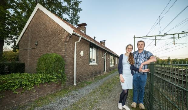 <p>Henri Blotenburg (23) en zijn aanstaande Wilmine de Boer (22) gaan aan het spoor wonen in Stroe.</p>