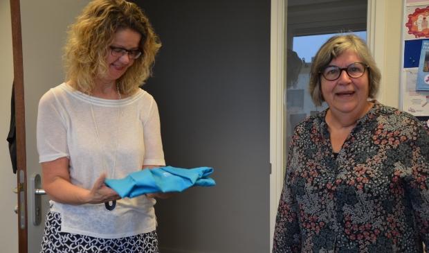 Marjo Brands (rechts) draagt haar spullen over aan Marja Pepping