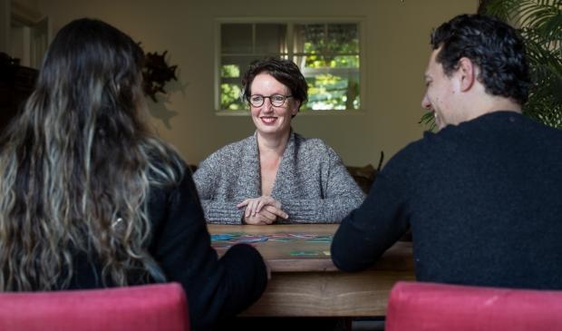 <p>Marlous Witteveen - Weggeman in gesprek met jonge ouders.</p>