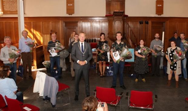 <p>Alle genomineerden en prijswinnaars omringen burgemeester Mark R&ouml;ell in de Pauluskerk.</p>