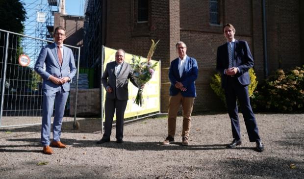 Burgemeester Tjapko Poppens, pastoor Eugène Jongerden van de Urbanuskerk, Ad Verkleij (vicevoorzitter R.K. Amstelland) en wethouder Herbert Raat (monumenten).