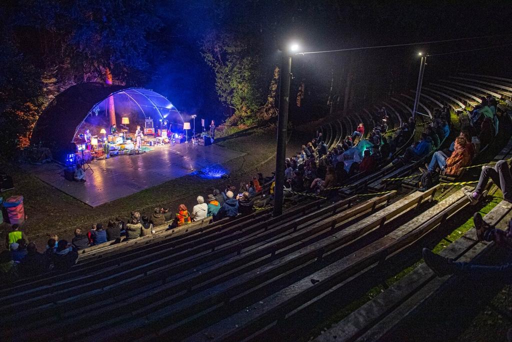 Rease show van Amersfoortse band Bricked Out in openluchttheater bij bosbad Foto Rinus van Denderen © BDU media