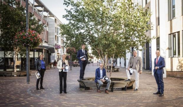 De burgemeesters met de ondertekende overeenkomsten in de hand. V.l.n.r. Petra Doornenbal (Renswoude), Iris Meerts (Wijk  bij Durstede), Gert-Jan Kats (Veenendaal), Hans van der Pas (Rhenen), Frits Naafs (Utrechtse Heuvelrug) en Marc Janssen (Meld Misdaad Anoniem).