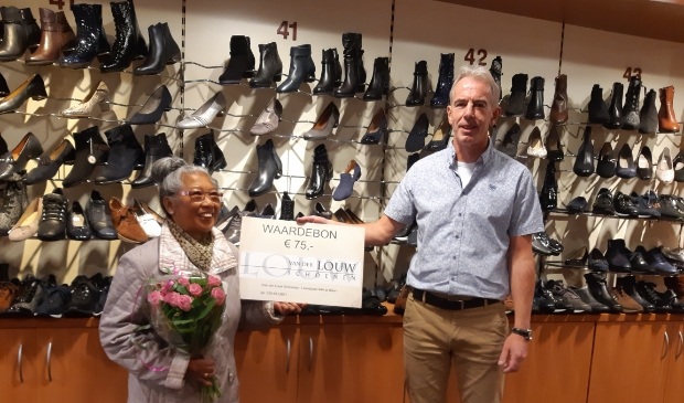 <p>Jacques van der Louw overhandigt de prijs aan mevrouw Breunesse.</p>