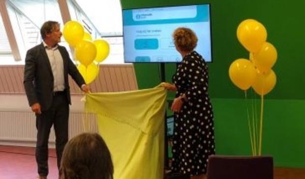 <p>Wethouder Ro van Doesburg en Ankie Kesseler, directeur-bestuurder van de Bibliotheek AanZet, onthullen Het Informatiepunt Gorinchem.</p>
