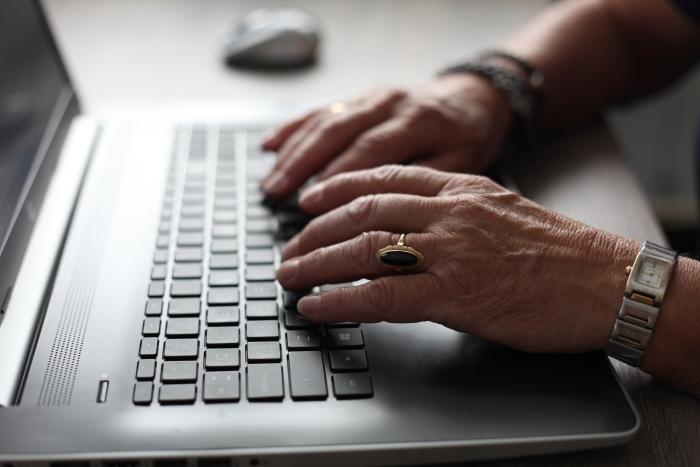 Vraag het Lieneke helpt u met onder andere uw laptop, Smartphone of tablet.  L.Reitsma © BDU Media