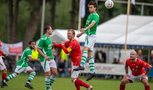 <p>Een eerdere editie van Hees-VVZ&#39;49. De lokale derby staat voor komend seizoen weer op de voetbalagenda. SEC en &#39;t Vliegdorp gaan het ook weer tegen elkaar opnemen.</p>
