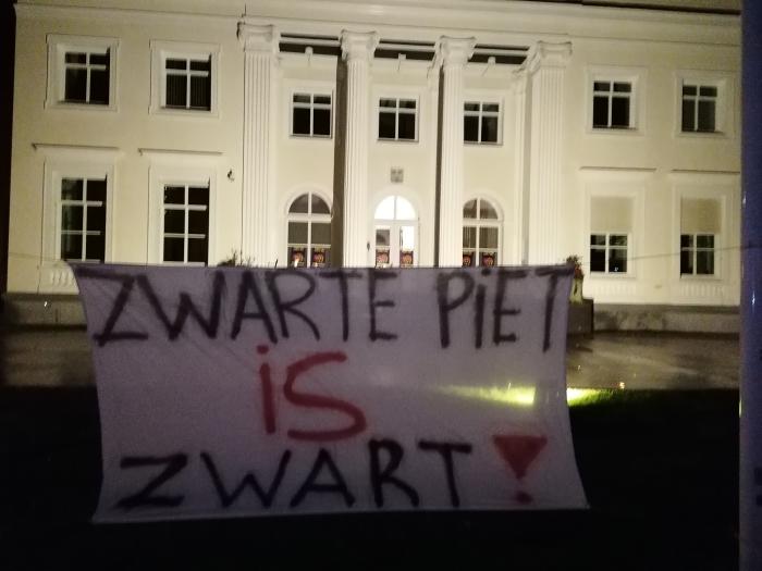 Spandoek voor het gemeentehuis in Overveen  Zwarte Pieten Actiegroep  © BDU media