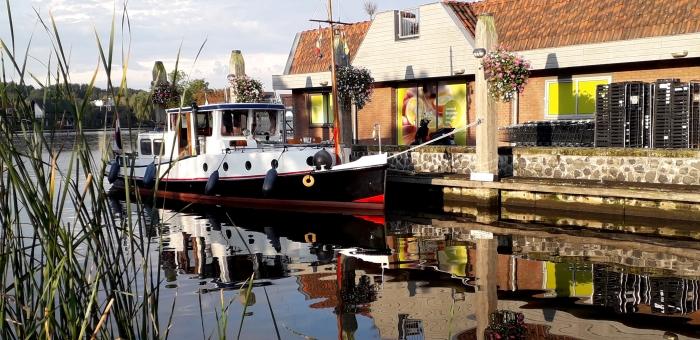 Een zeer fotogeniek bootje in het haventje in Ouderkerk aan de Amstel.