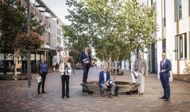De burgemeesters met de ondertekende overeenkomsten in de hand. V.l.n.r. Petra Doornenbal (Renswoude), Iris Meerts (Wijk bij Durstede), Gert-Jan Kats (Veenendaal), Hans van der Pas (Rhenen), Frits Naafs (Utrechtse Heuvelrug) en Marc Janssen (Meld Misdaad Anoniem)