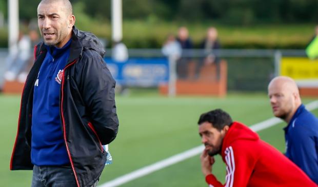 <p>FC Jeugd met de staf Mohammed Mouhouti, Mo Hamdoui en Melis Versteeg (zittend blauw) heeft zaken goed voor elkaar.</p>