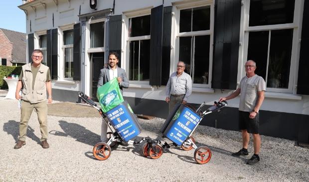 <p>Wethouder Sander van &rsquo;t Foort (tweede van links) introduceert de twee zwerfafvalkarren.</p>