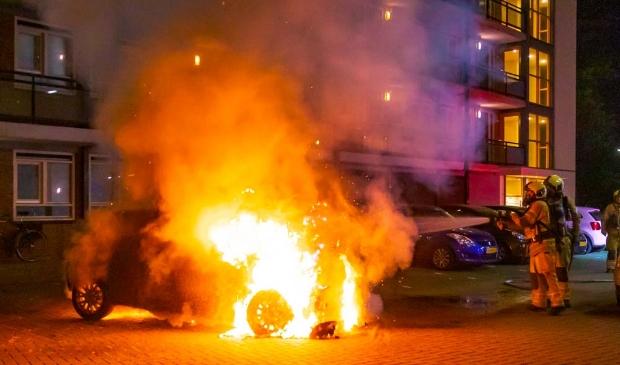 <p>De brandweer kon de auto niet redden.</p>