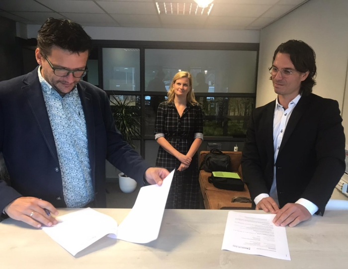 Het ondertekenen van de aannemersovereenkomst