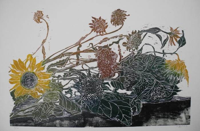 liggende zonnebloemen, houtsnede Monica de Jong © BDU media