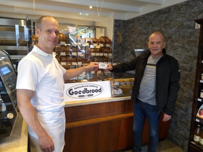 De heer Van der Wal neemt de waardebon ter waarde van € 50,- in ontvangst van bakker Roel van Bakkerij Goedbrood.