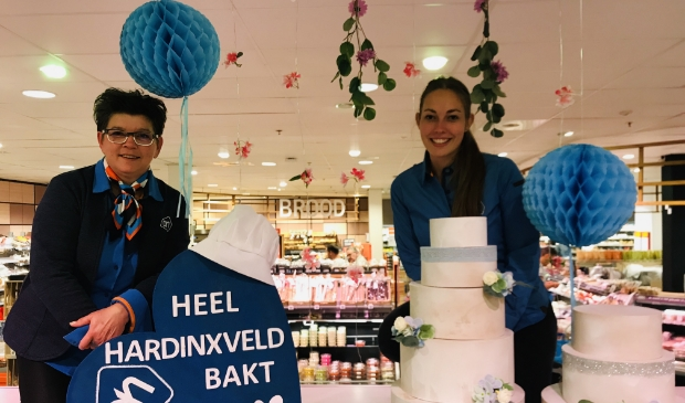 Chrissy Beukers-Beckerman (Medewerker Verkoopafhandeling) en Marjorie Roverts (Teamleider Verkoopklaar) van de AH in het winkelcentrum.