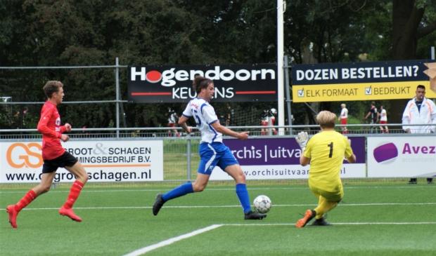 <p>&ldquo;Man of the match&rdquo; Jordy de Jong onderweg naar vijandelijk doel</p>