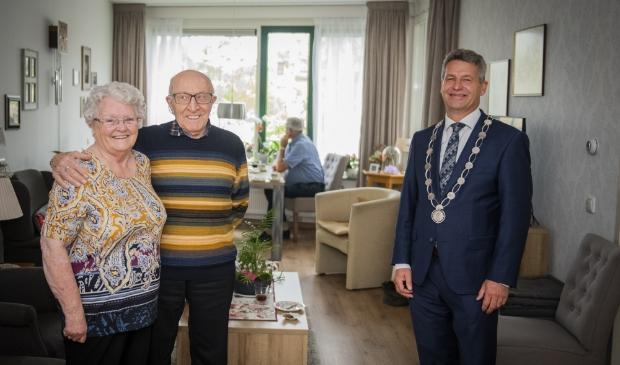 Het briljanten bruidspaar Willemse-Rooze samen met burgemeester Dirk Heijkoop.