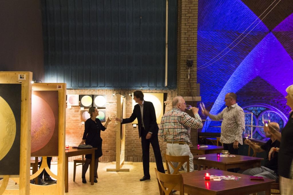 <p>Het glas wordt geheven tijdens de opening van de expositie..</p> Caspar Kabalt © BDU media