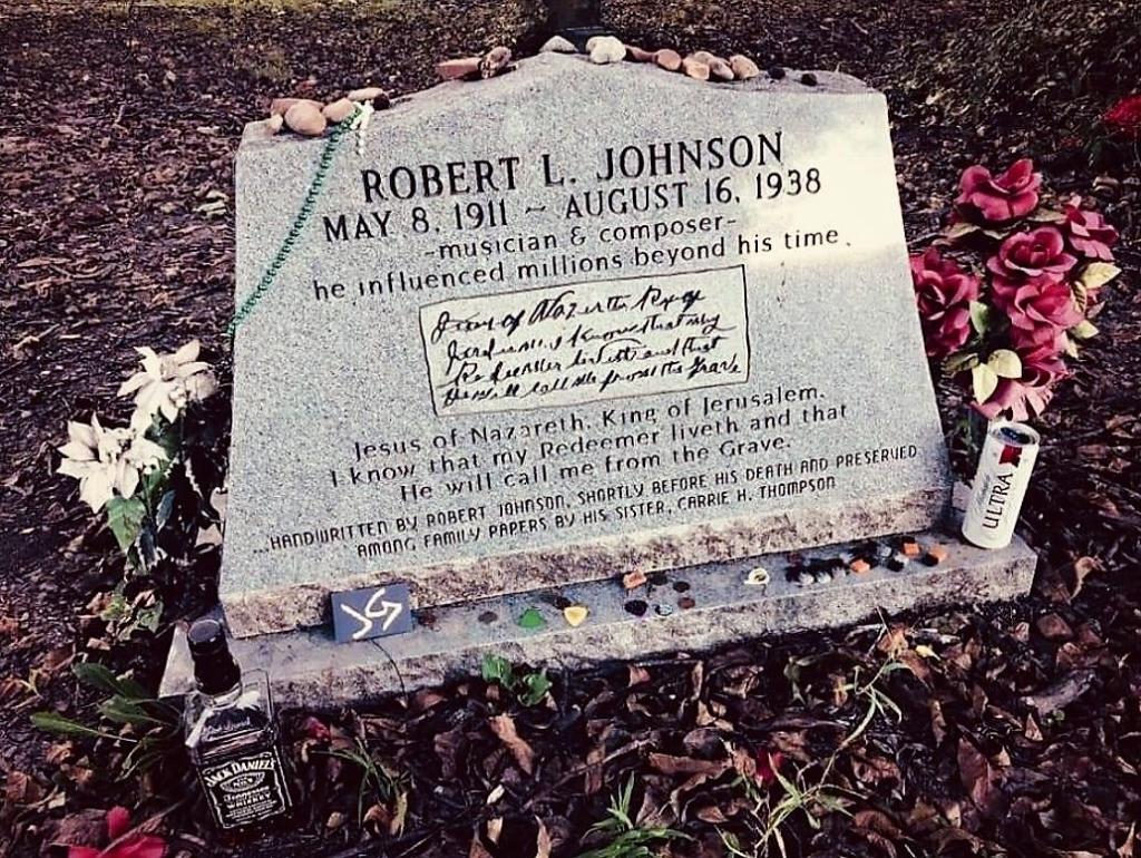 Graf van blueslegende Robert Johnson in New Orleans. 'Imponerend gedenkteken, met lege flessen whisky. Ik heb een visitekaartje achtergelaten' Collectie Jimmy Glasmacher © BDU Media