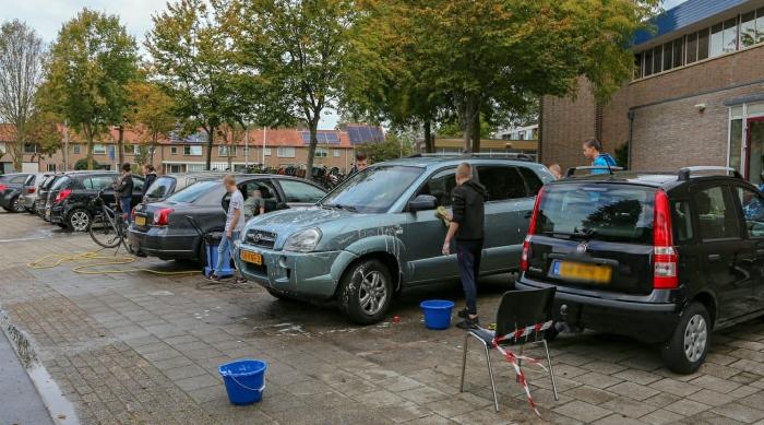 Tieners druk in de weer met auto's wassen. Mark Nieuwkoop © BDU Media