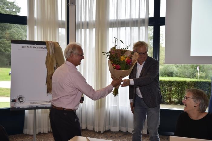 Hans van der Meer heeft bloemen voor zijn voorganger Arjan Klaver (links) Jaap van den Broek © BDU media
