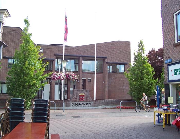 Vanuit Kerkstraat zicht op Dorpsstraat en Gemeentehuis 2008