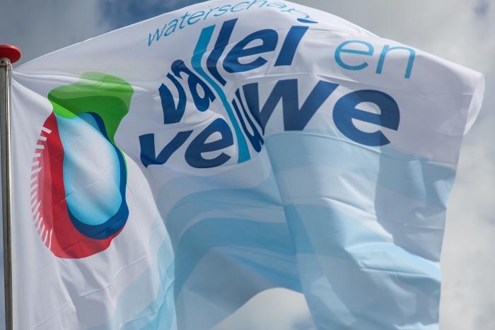 Vlag met logo van Waterschap Vallei en Veluwe