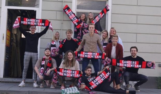 <p>Nicky (rechts achter in het raamkozijn) en haar huisgenoten werden door 3Fm-dj Sander verrast.</p>