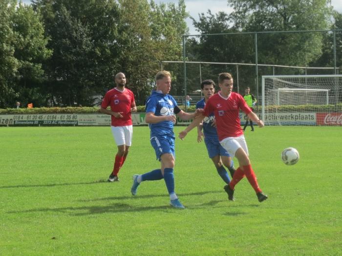 Aron Eijkelboom en Lars van der Rest in duel met DFC