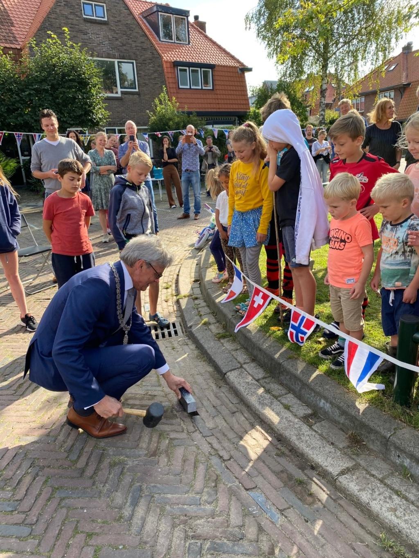 De burgemeester legt een steen. Smulders AV © BDU media