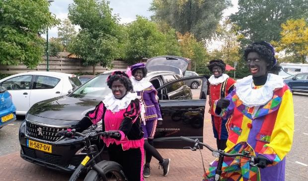 <p>Enkele Zwarte Pieten waren woensdag al even in Woudenberg.</p>