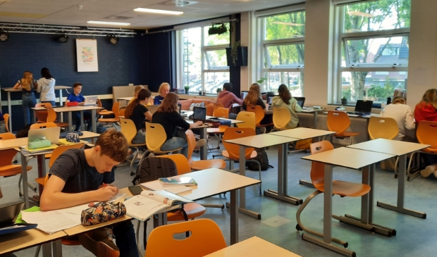 <p>Alle ramen en deuren staan al maanden open bij College de Heemlanden</p>