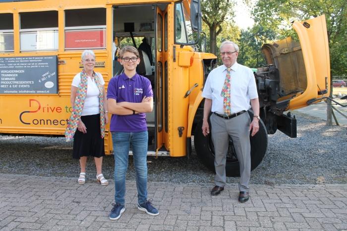 Marie-José Eberson, Peter 't Hoen en Max-Merijn Terpstra bij de SDG bus
