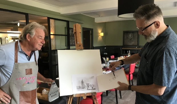<p>Rijk Roor en Raymond van Uppelschoten tijdens de schilderworkshop</p>