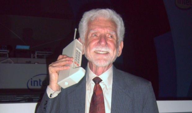 <p>Blij met de eerste mobiele telefoon.</p>