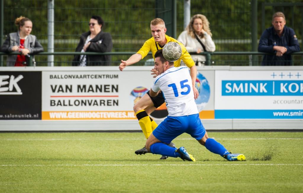 <p>Milan van Elten (15) had zijn handen vol aan zijn tegenstander van DOS Kampen.</p> Pauw Media © BDU media