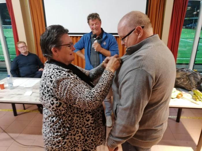 Paul van Beek kreeg de gouden speld opgeprikt door zijn eigen vrouw Geraldine