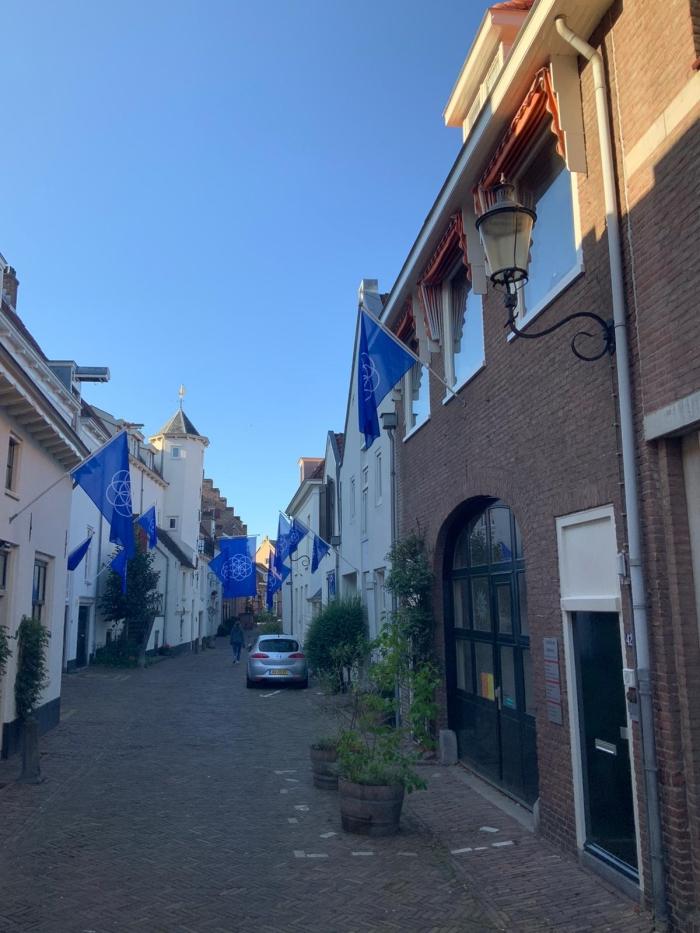 Een foto vanaf de Muurhuizen 40 richting Groot Tinnenburg, versiert met vlaggen van de aarde Alejandra Niño © BDU media