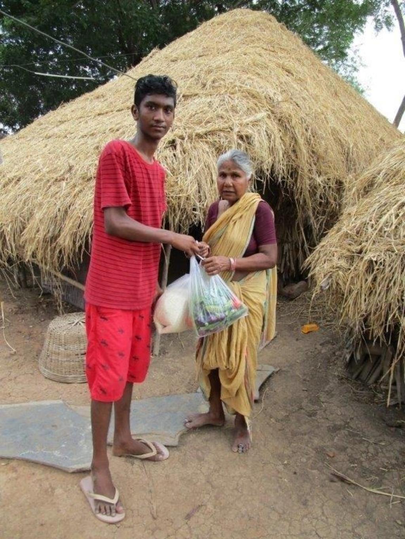 Dileep brengt groente en rijst bij een bewoner in Buthumillipadu. Stichting Derde Wereld Hulp © BDU media