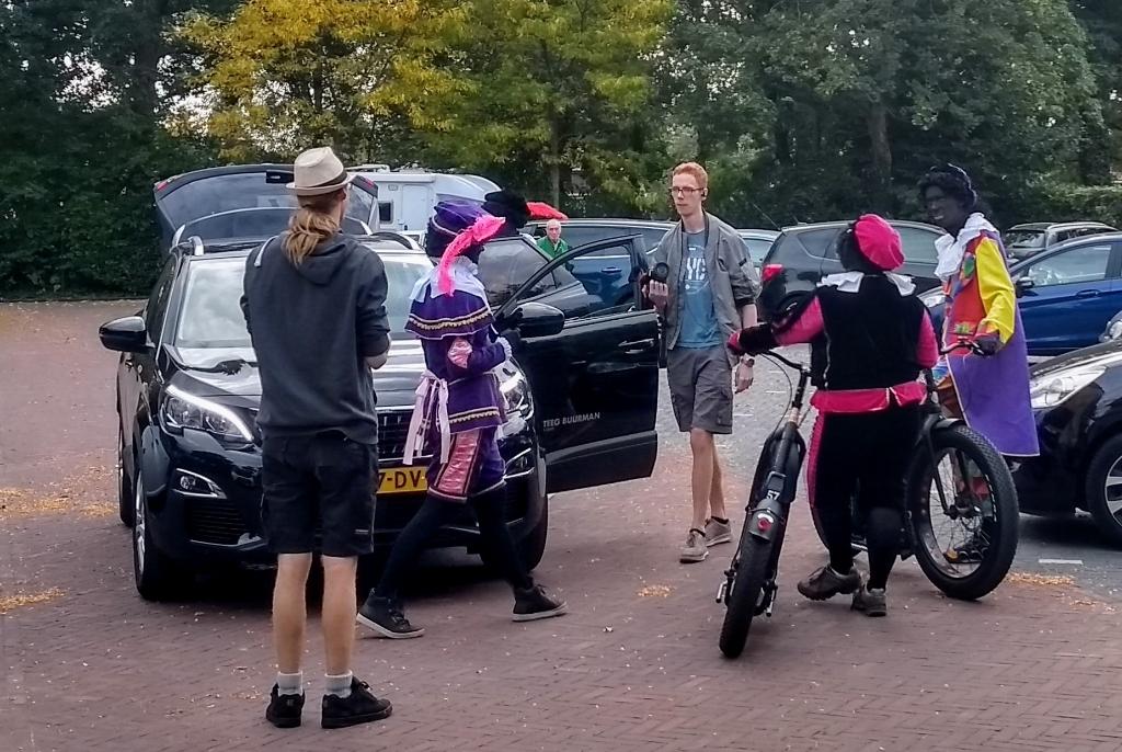 <p>Overleg tussen het camerateam en de Zwarte Pieten.</p> André van der Velde © BDU media